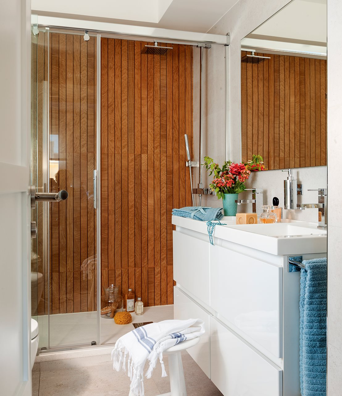 Baño con revestimiento imitando a madera. Baño con ducha