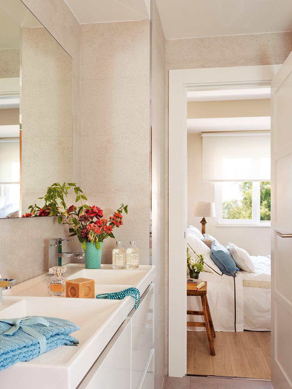 Vista del dormitorio desde baño en blanco. Desde el baño