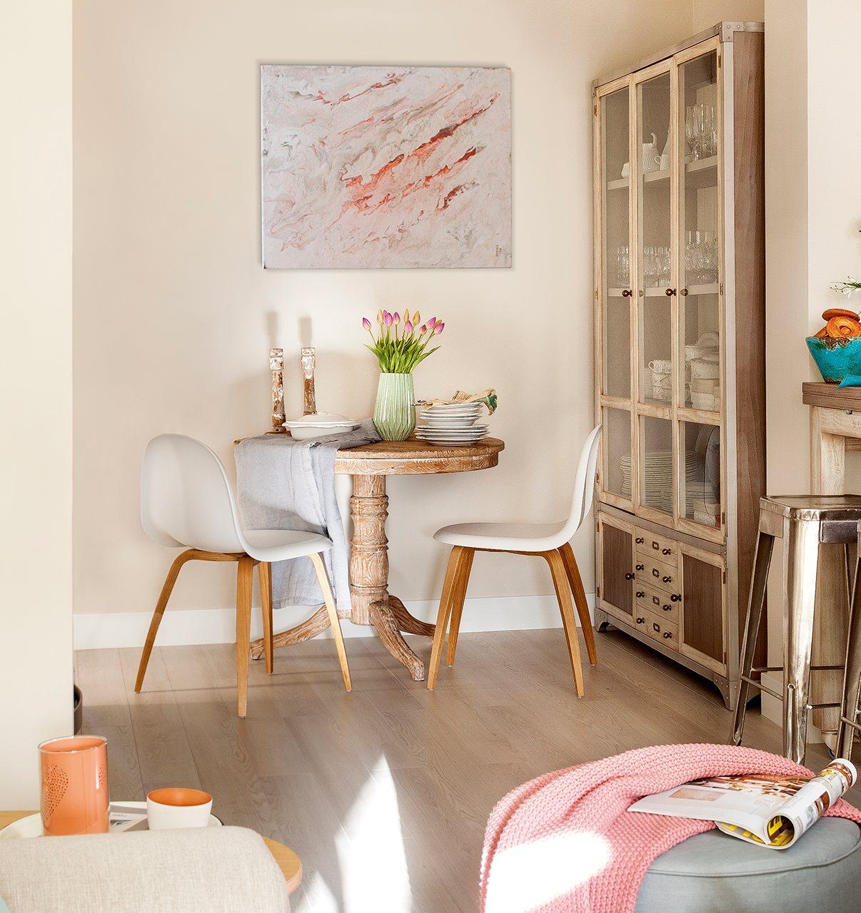 Zona de office con cuadro abstracto y alacena. Hacia el office Alacena y taburetes