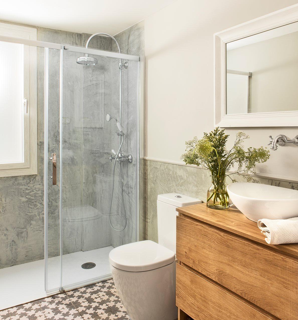 Baño Gris Con Madera: de la casa Mueble de Maestro Canet y espejo de Maisons du Monde