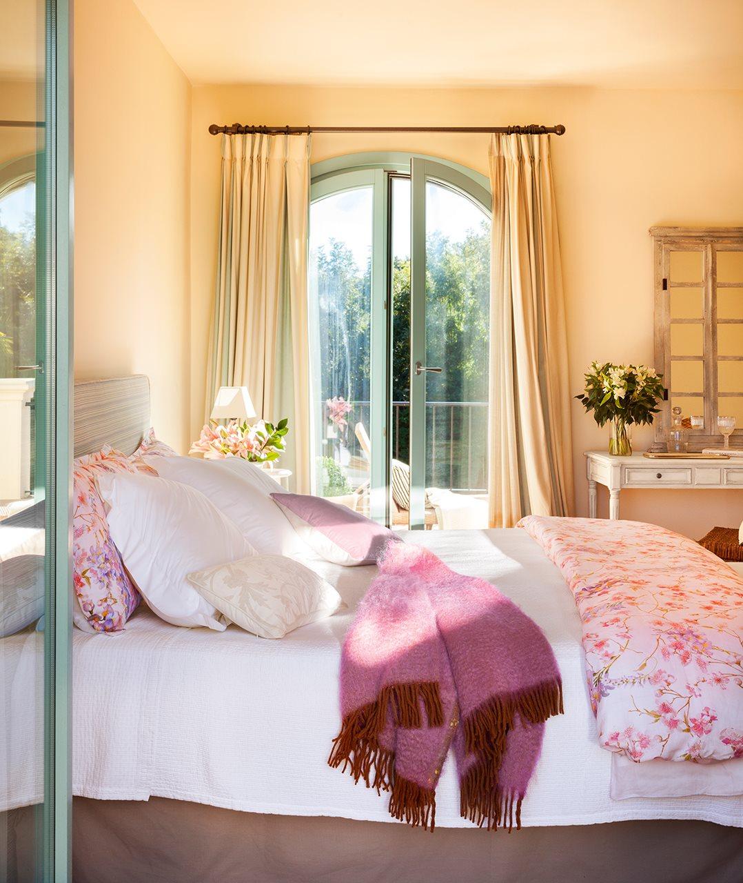 Una casa r stica con inspiraci n de la provenza - Dormitorio beige ...