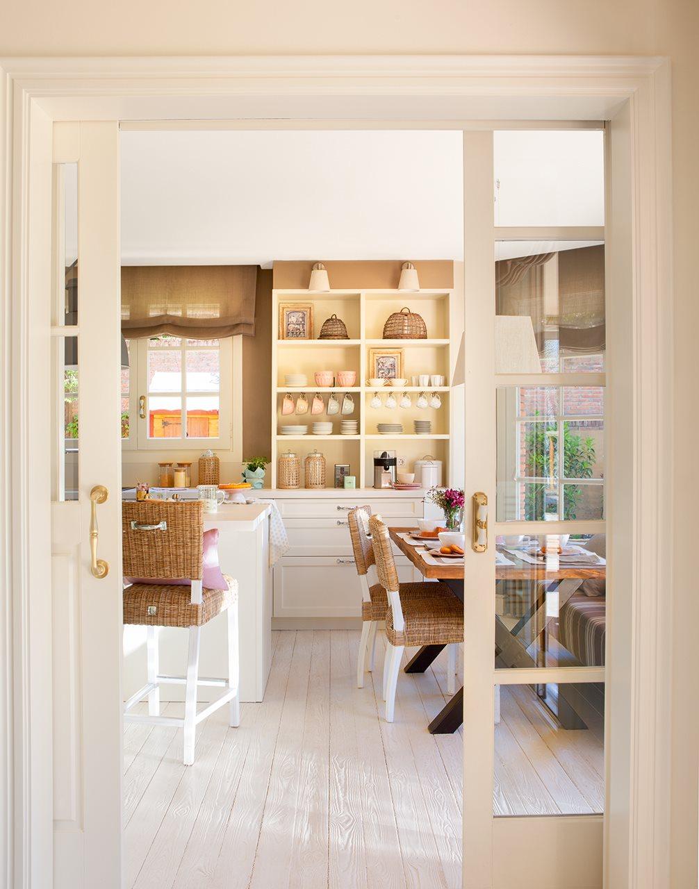 Una casa de inspiraci n estadounidense - Puertas para la cocina ...