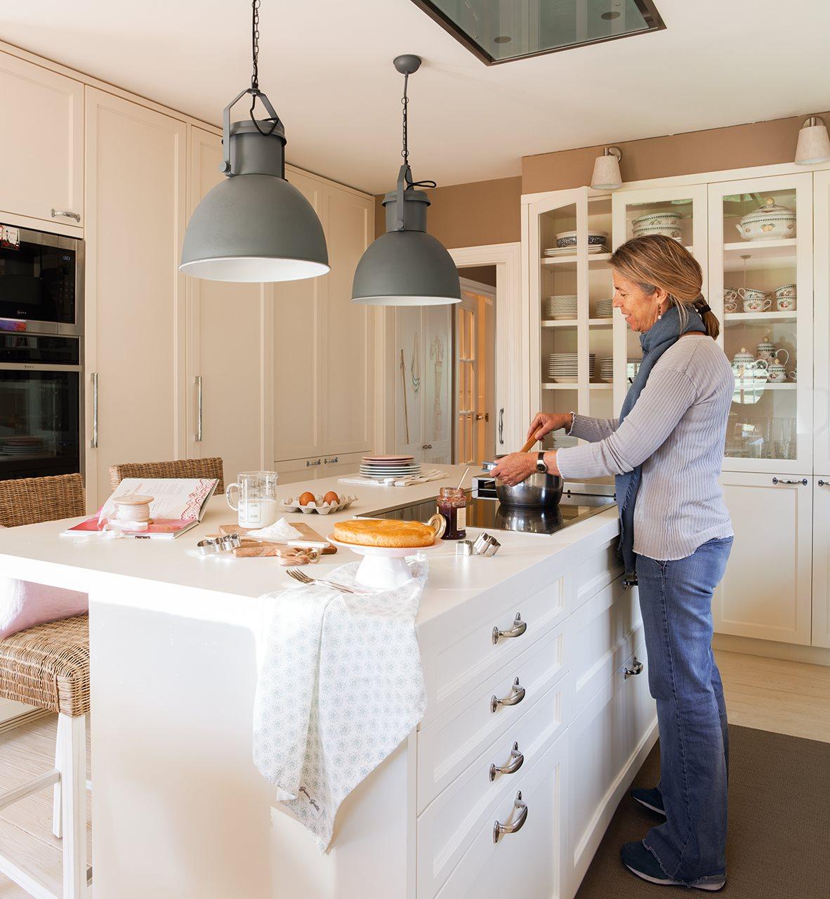 Una casa de inspiraci n estadounidense for Taburetes bajos para cocina
