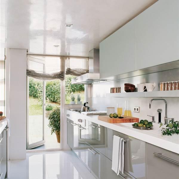 Tres cocinas en blanco y con mucho orden for Cocinas abiertas al pasillo