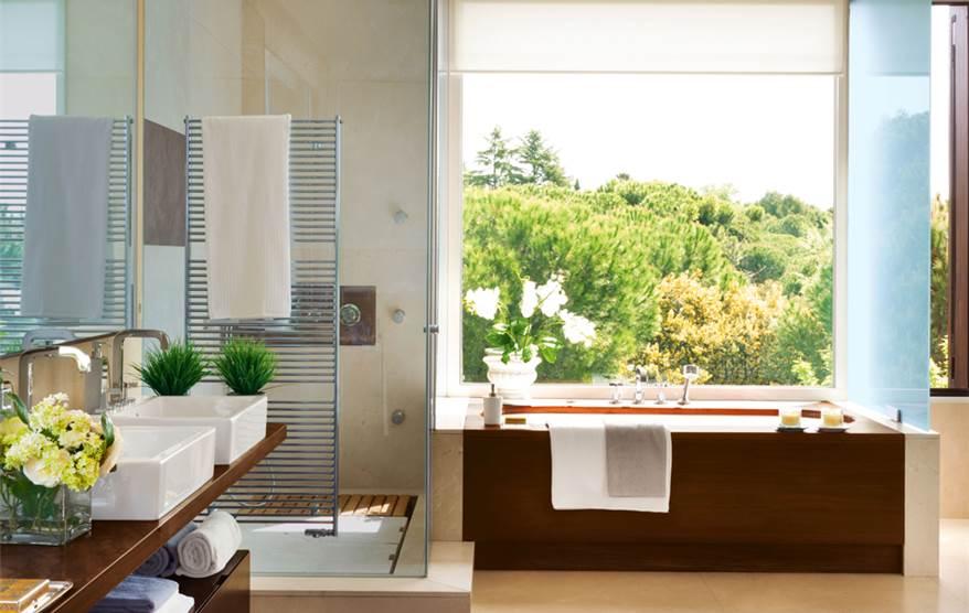 Un ba o amplio y muy vers til con vestidor - Bano con banera y ducha ...