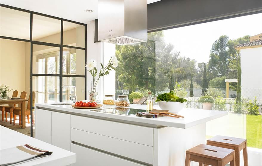 Claves para elegir la campana de tu cocina for Cocinas con islas en medio
