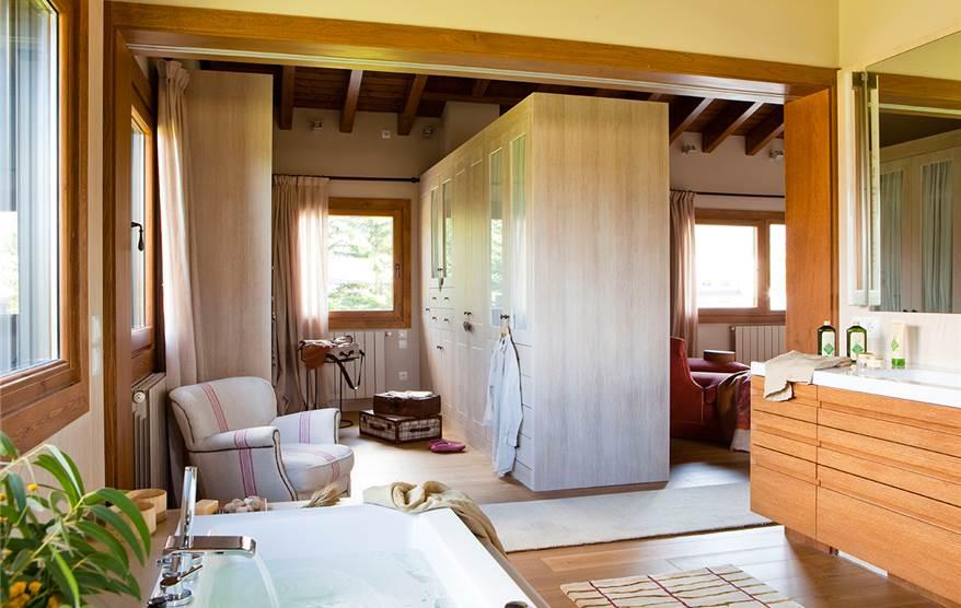 Un ba o abierto al dormitorio y al vestidor for Baneras pequenas medidas
