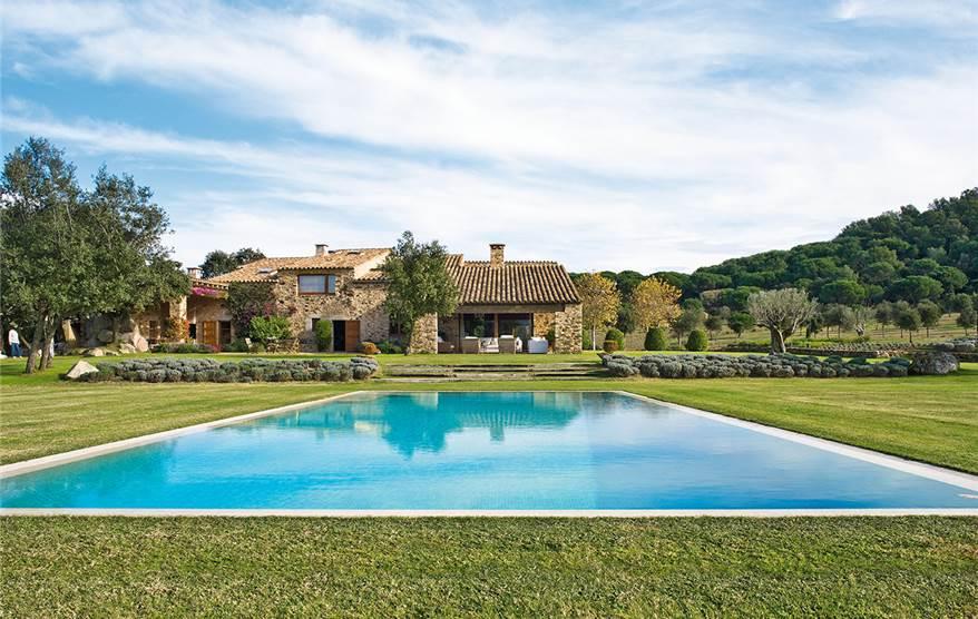 Las mejores piscinas para desconectar este verano for Casa con piscina urdaibai
