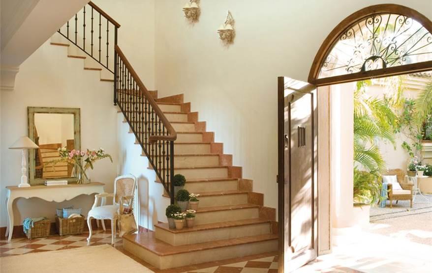 Recibidores muy bien decorados toma nota for Salones con escaleras interiores