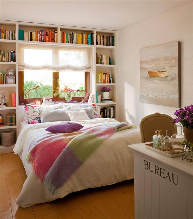 dormitorio con cabecero estantera a medida alrededor de la ventana