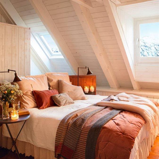 dormitorio rstico con techo en madera blanca y cama con textiles rojos