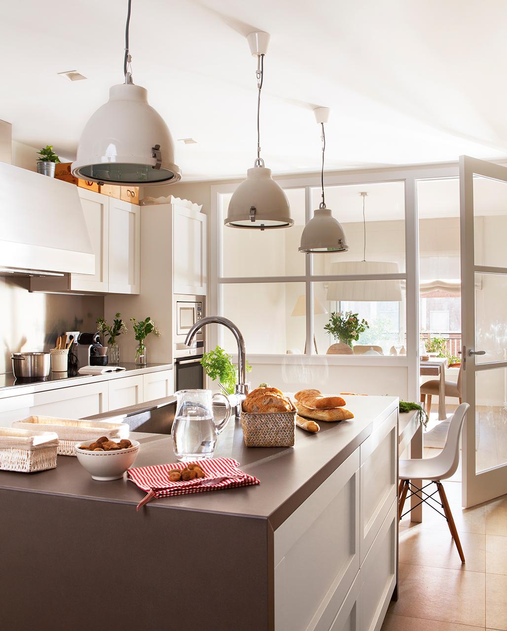 Un piso en barcelona tranquilo y luminoso for Cocina comedor con isla