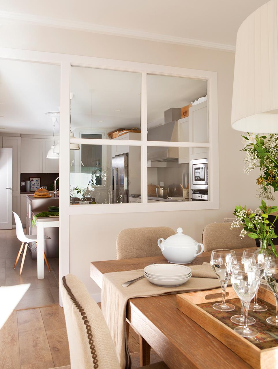Un piso en barcelona tranquilo y luminoso for Separacion de muebles cocina comedor