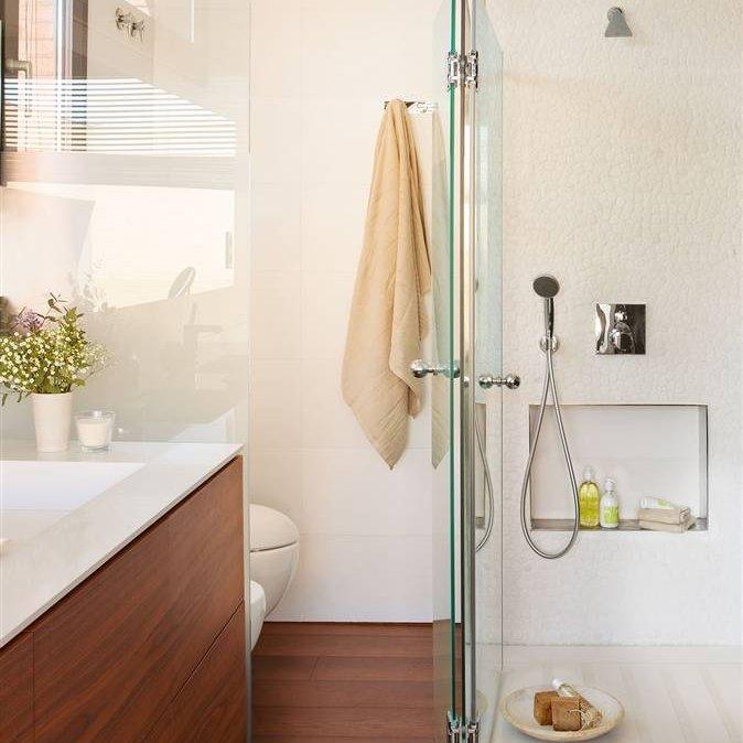 Medidas Baño Pequeno:Baño con ducha a medida, mueble bajolavabo y suelos de madera