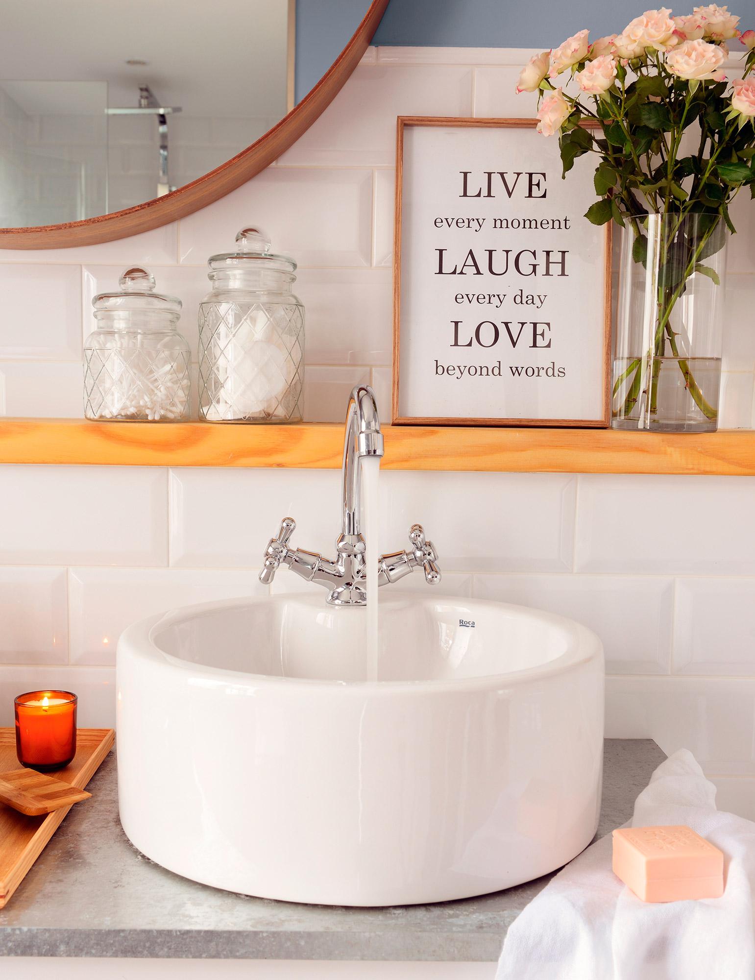 Azulejos Para Que El Baño Parezca Más Grande:Mueble de baño entero con armarios, lavamanos de Roca, grifería