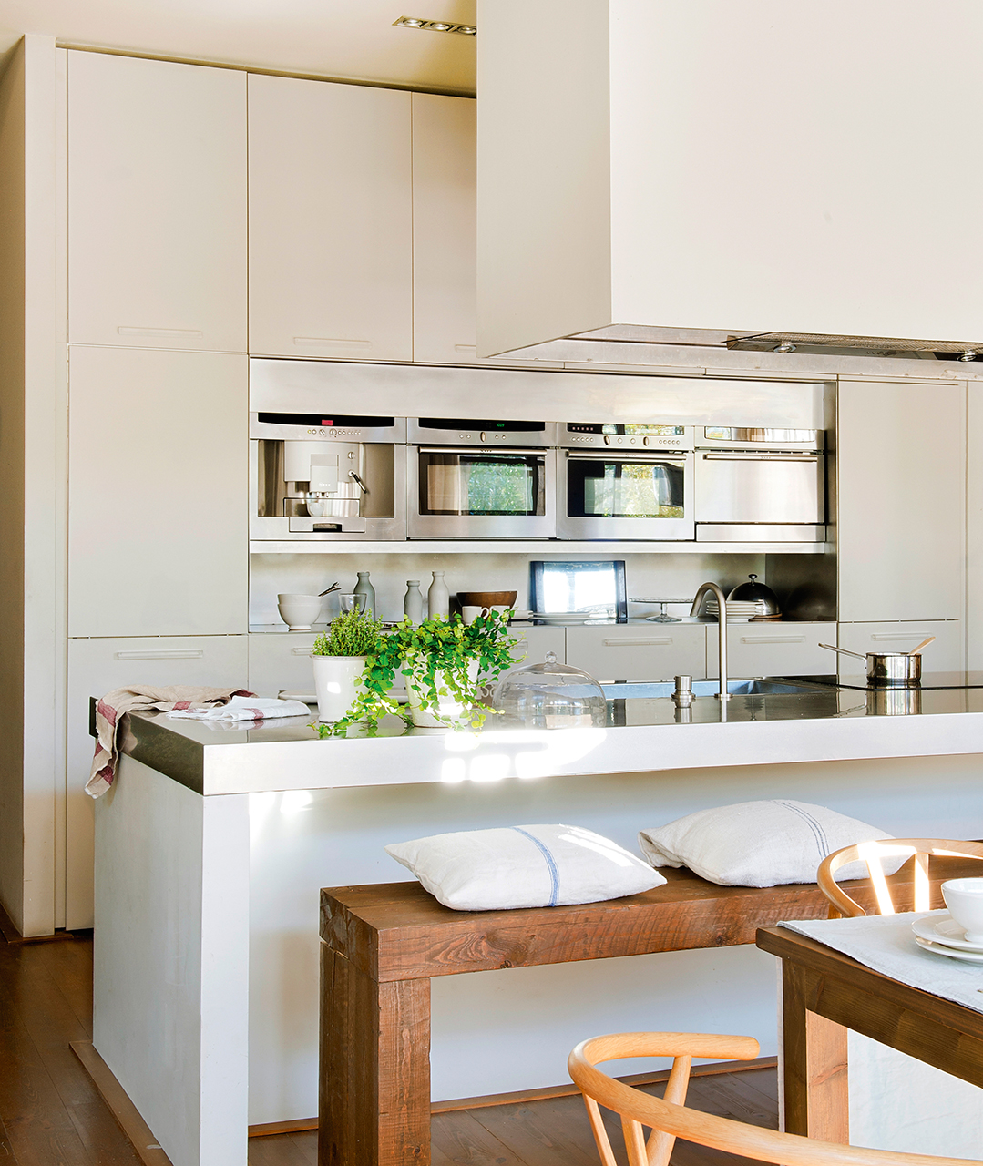 Claves para abrir la cocina al comedor o el sal n y ganar for Cocinas con islas en el medio