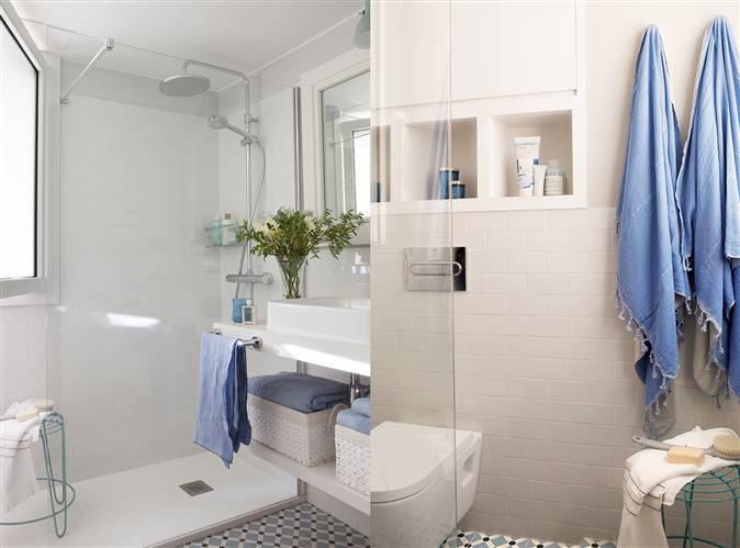 Baño Blanco Con Azul:Baño en blanco y azul con suelo hidráulico, lavamanos con estante