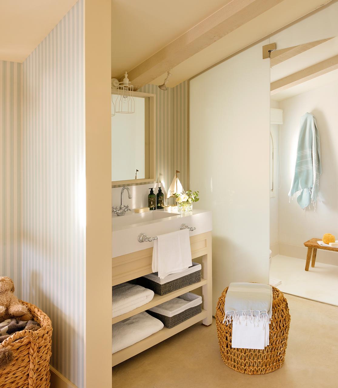 Baños Beige Con Blanco:Cocina con muebles en blanco y pared de papel pintado gris