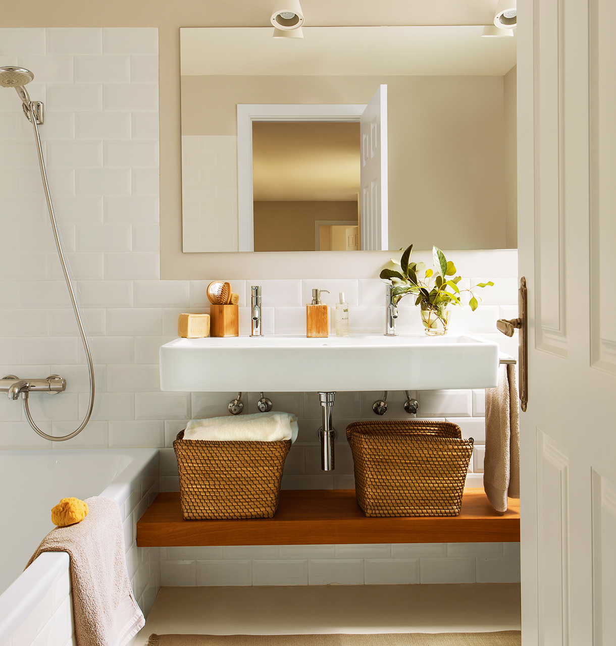 Reformar dos pisos antiguos y convertirlos en uno moderno y funcional - Muebles de bano estilo antiguo ...
