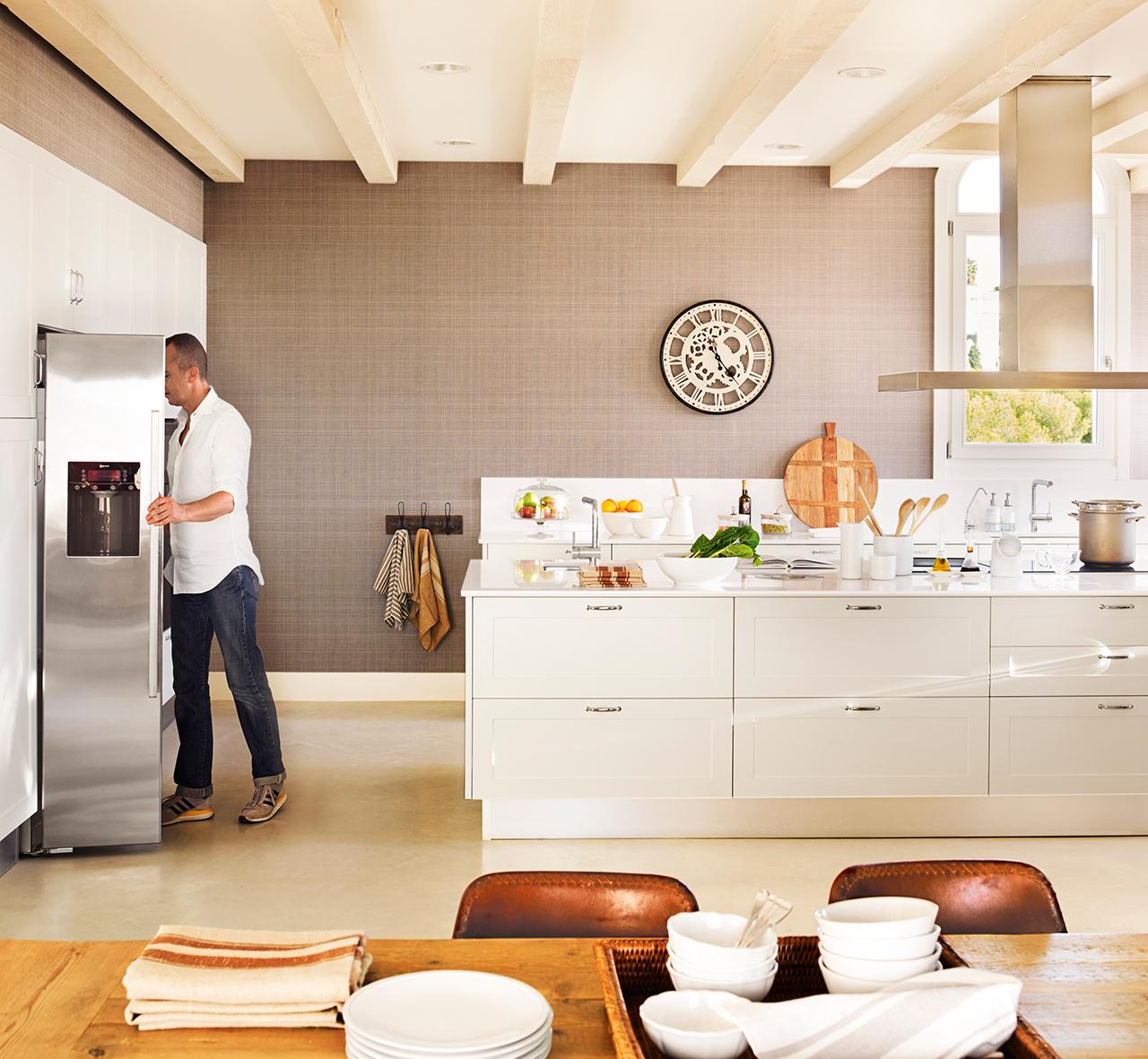 Una preciosa casa junto al mar con siete siglos de historia for Papel pintado cocina ikea