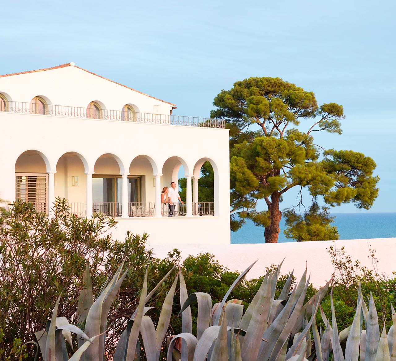 Una preciosa casa junto al mar con siete siglos de historia - Arcos de jardin ...