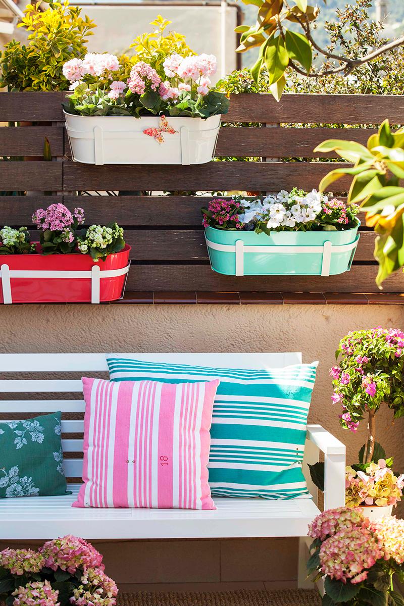 Terrazas low cost alegres y coloridas - Jardineras de colores ...