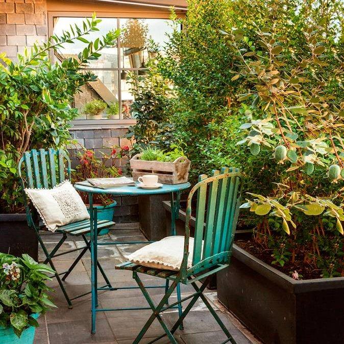 Decoracion de jardines y terrazas top terraza pequea con baldosas mesa y sillas de jardn de - Decoracion terrazas pequenas ...
