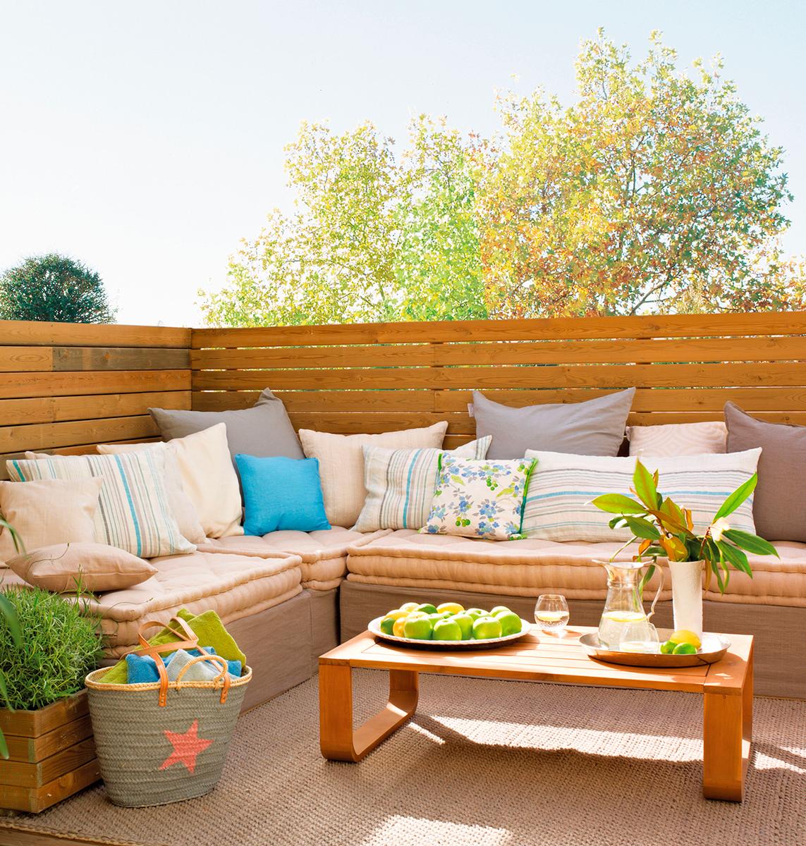 terraza pequea con madera sof rinconero con cojines alfombra de fibras mesa de