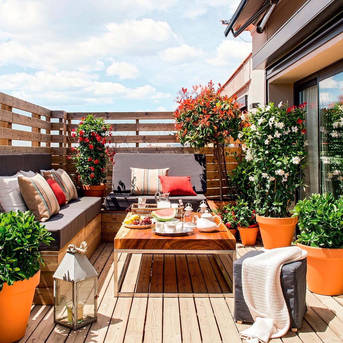 10 terrazas peque as pero bien aprovechadas On mesas de madera para terraza