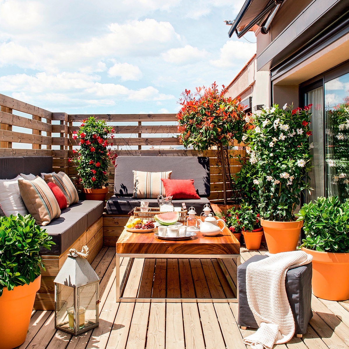 10 terrazas peque as pero bien aprovechadas for Decoracion de patios con macetas