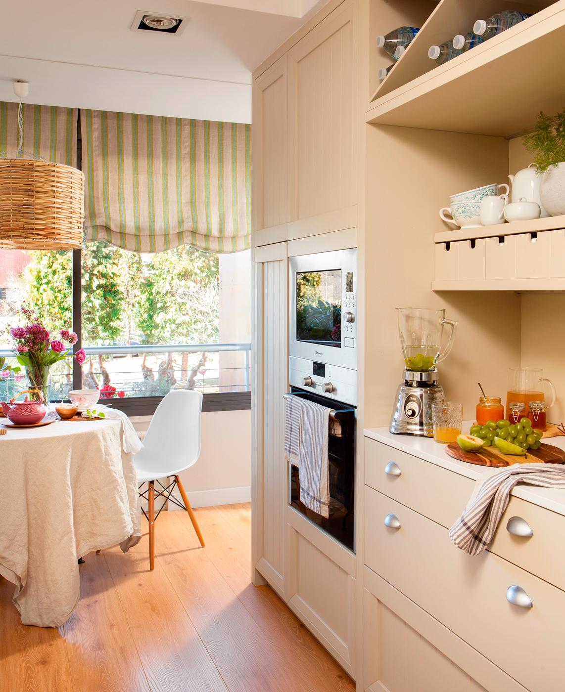 Una cocina peque a con mucho orden y un office - Tiradores originales para muebles ...