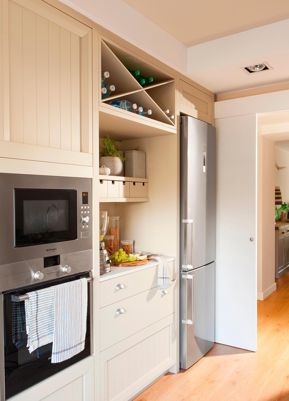 Una cocina peque a con mucho orden y un office for Electrodomesticos cocinas