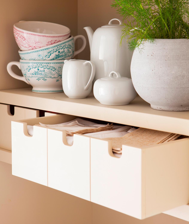 Una cocina peque a con mucho orden y un office for Juego de organizar casa