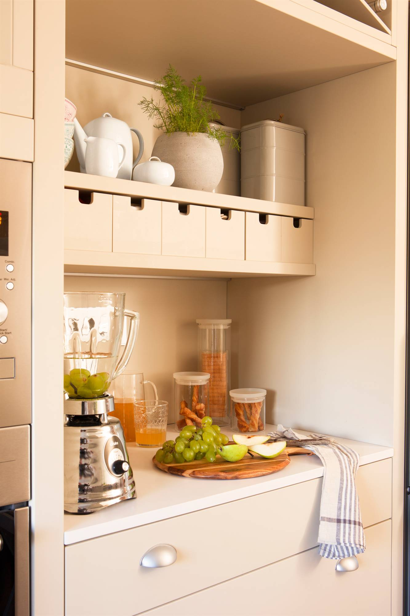Una cocina peque a con mucho orden y un office for Modelos de muebles de cocina para espacios pequenos