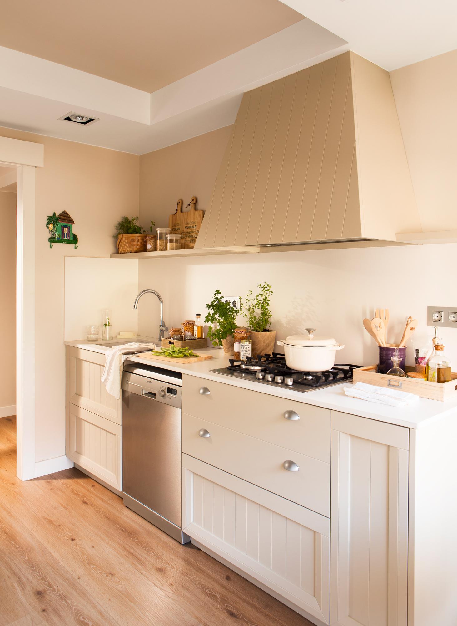 Una cocina peque a con mucho orden y un office - Suelo de cocina ...