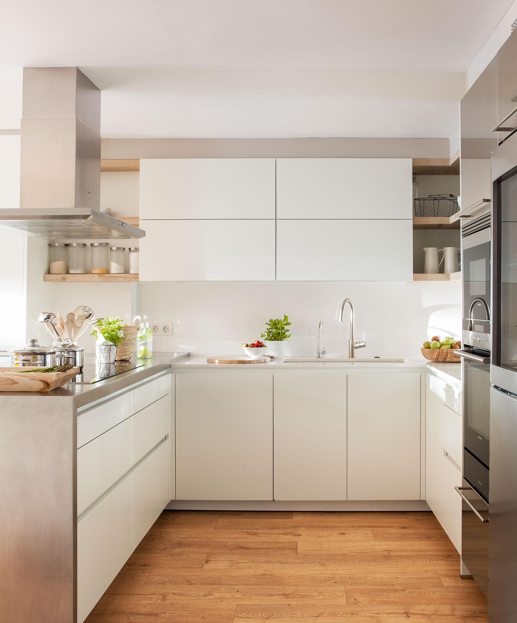 Reforma casa ochentera a casa actual for Suelos para cocinas blancas