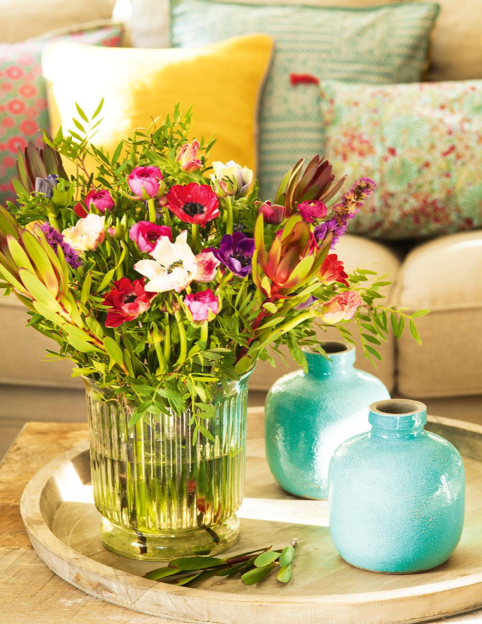 Bandeja de madera con jarrones azules y jarrón de cristal con flores de colores. échale flores... Â¡silvestres!  鲜花花艺
