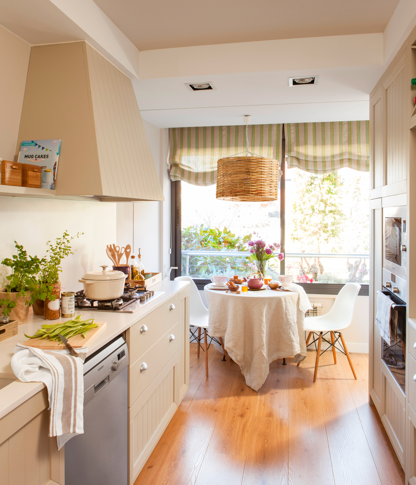 Una cocina peque a con mucho orden y un office for Modelo de cocina abierta en el comedor
