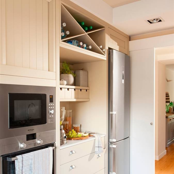 Una cocina peque a con mucho orden y un office for Con que limpiar los armarios de la cocina