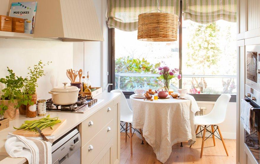 Una cocina peque a con mucho orden y un office - Sillas de fibra natural ...