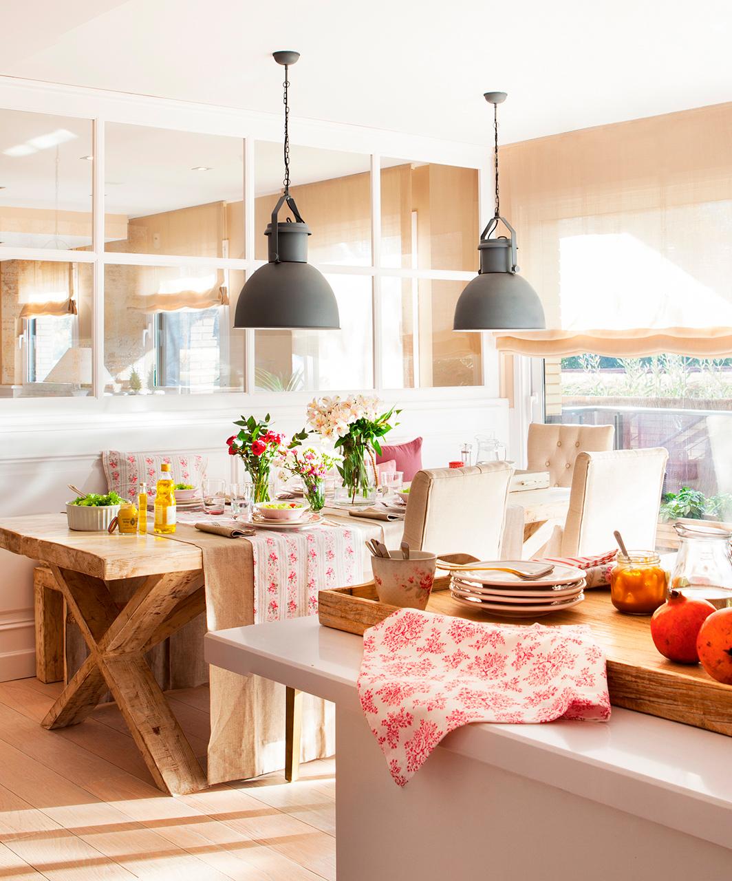Cocina abierta al office con mucha barra y buen orden for Mesas de comedor grandes de madera