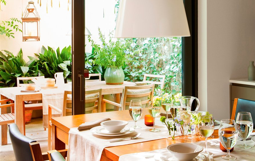 4 interiores conectados con la terraza for Mesas y sillas para patios