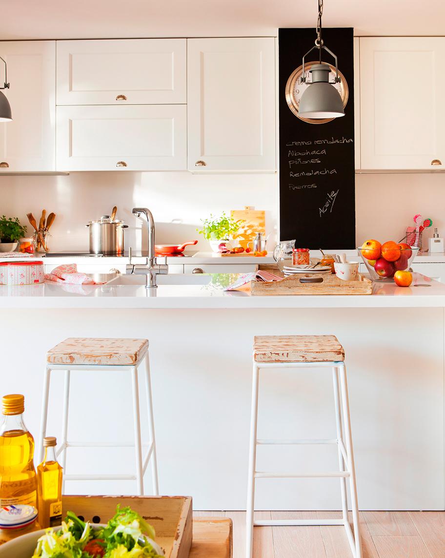Cocina abierta al office con mucha barra y buen orden - Taburetes para cocina americana ...