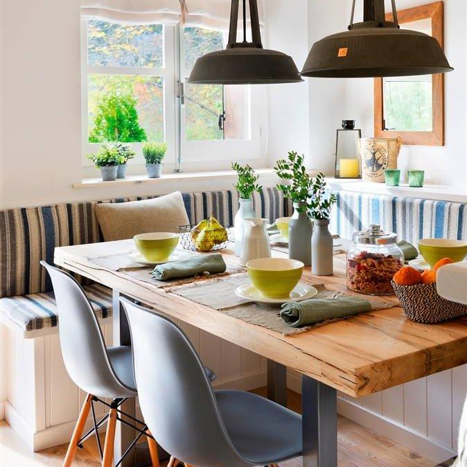 comedor con banco en u a medida cojines a rayas blanco y azul sillas