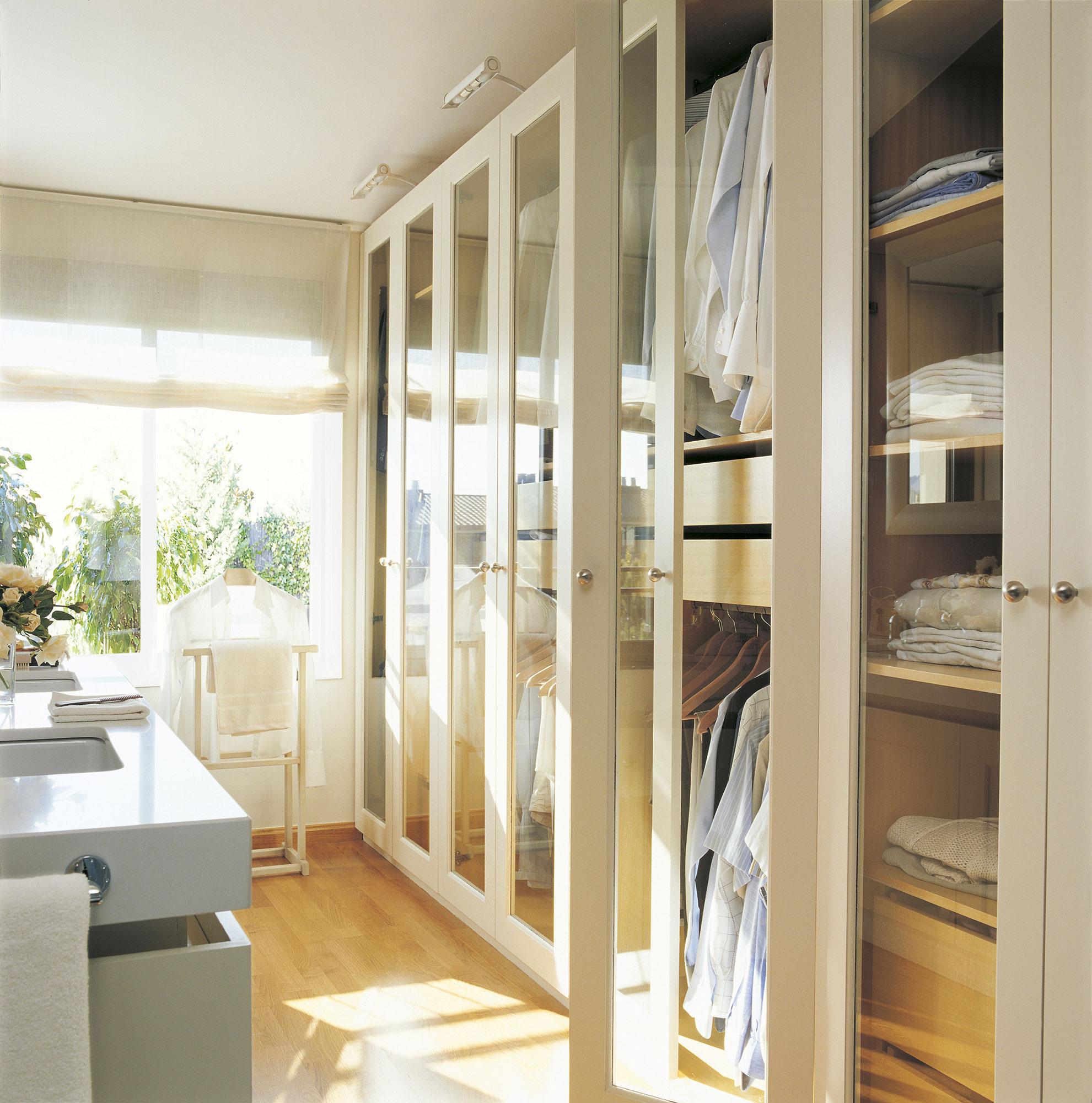 Armarios ordena mejor y duplica el espacio for Perchas blancas ikea