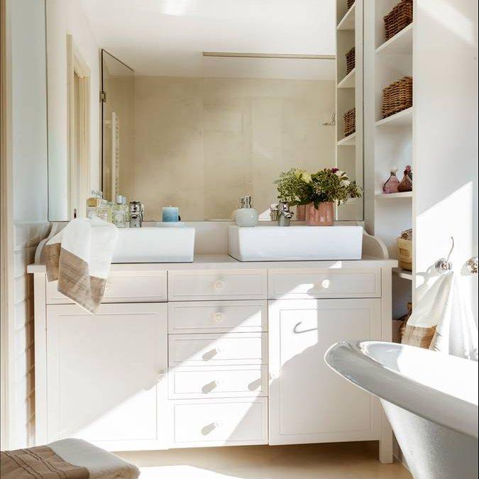 Muebles De Baño De Un Metro:Baño con dos lavamanos y un mueble a medida con cajones y armarios