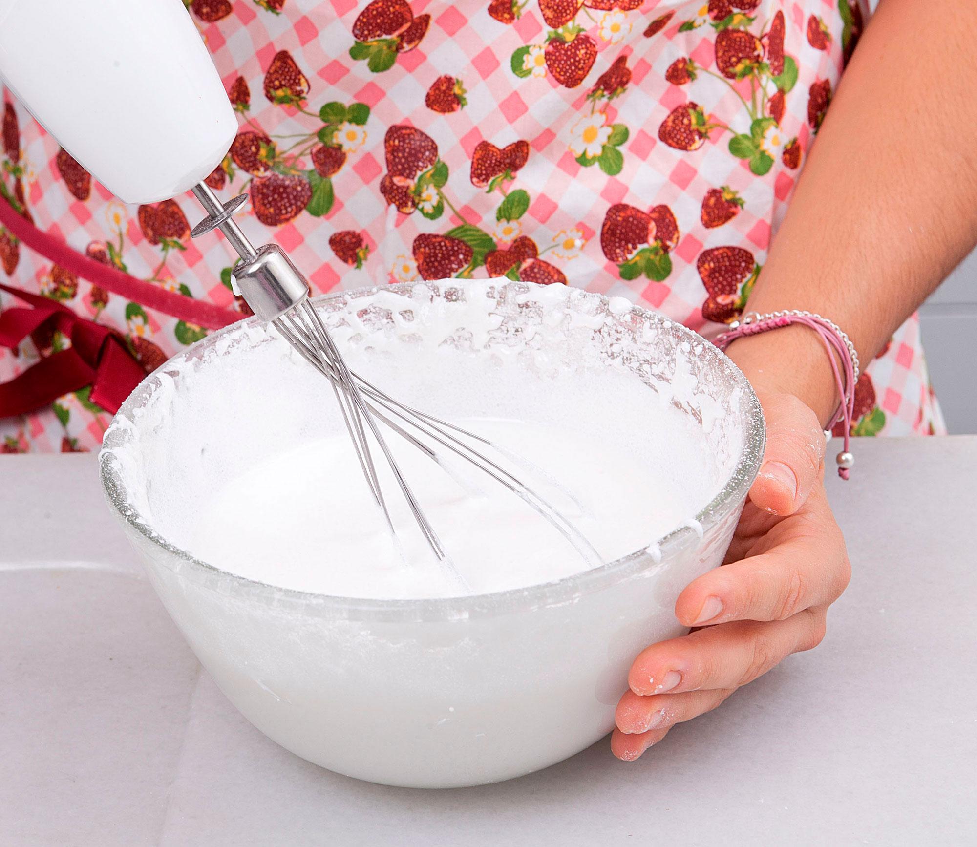 Resultado de imagen para mujer batiendo huevos
