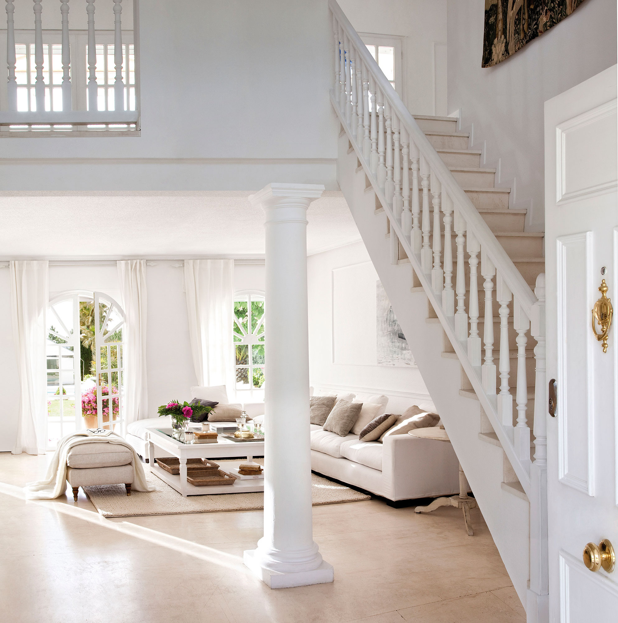 C mo elegir la cortina perfecta para cada ventana for Salones con escaleras interiores