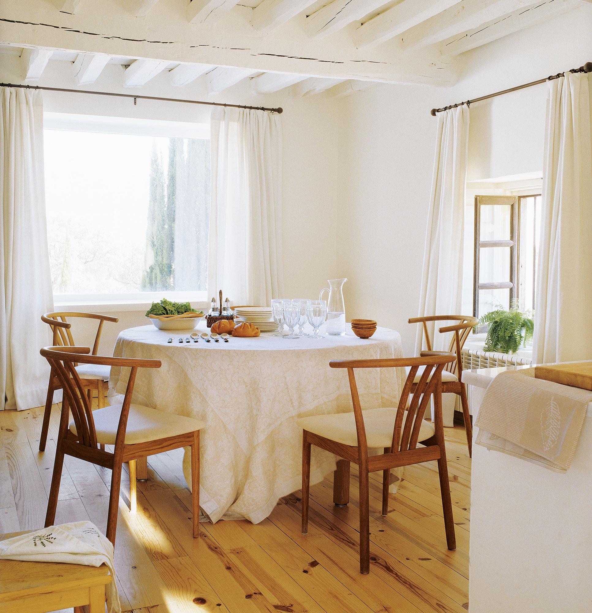 Comedor en blanco y madera