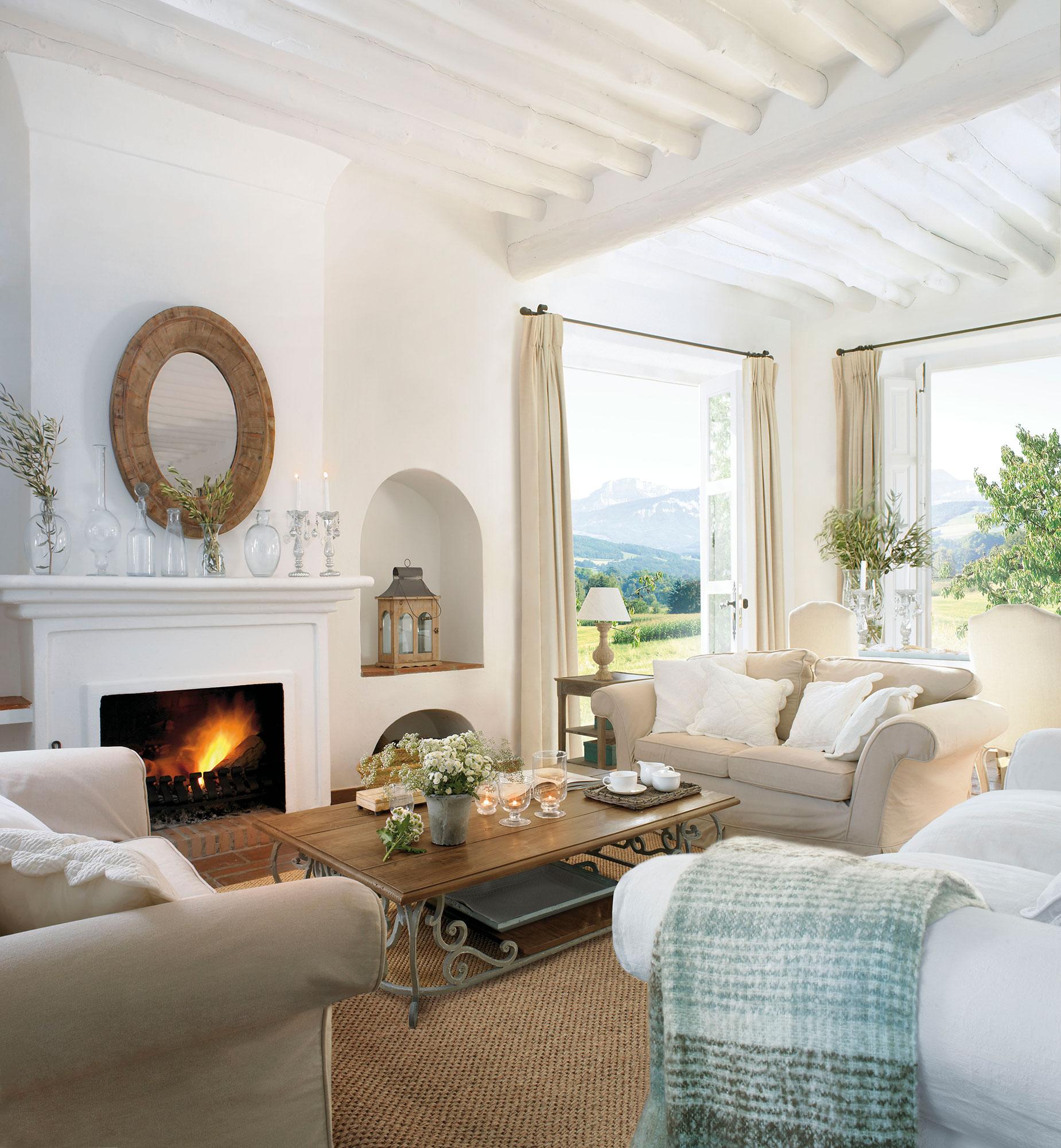 Salón con chimenea y hornacina en blanco